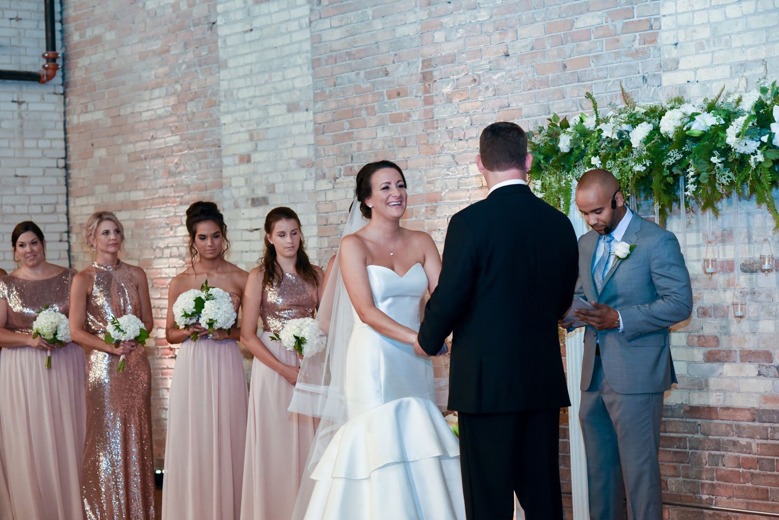 exchanging-vows-at-wedding-in-harris-building